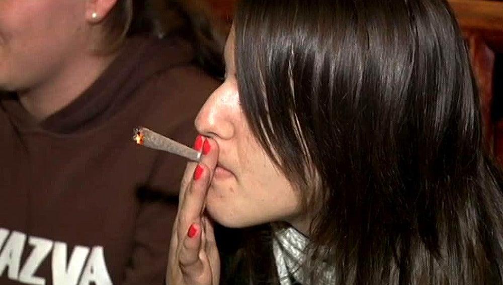 Una joven fuma marihuana