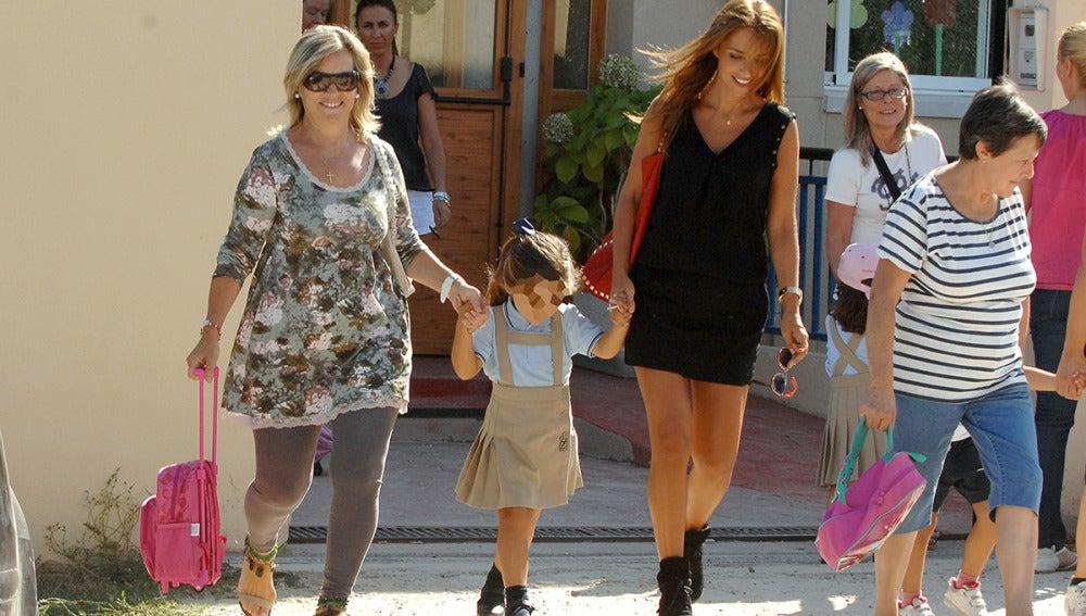 La niña, de 4 años, se mostró feliz caminando de la mano de su madre y su abuela