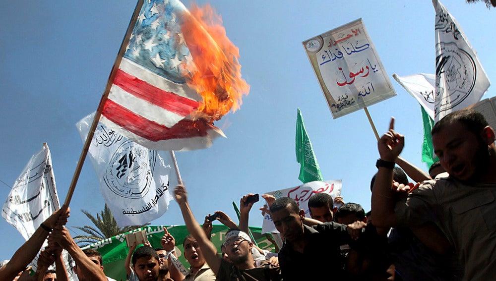 Queman bandera en Franja de Gaza