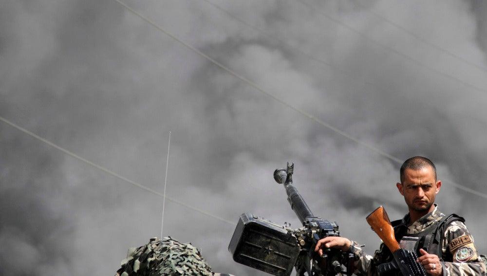 Un soldado afgano inspecciona el lugar de un ataque suicida talibán en Kabul