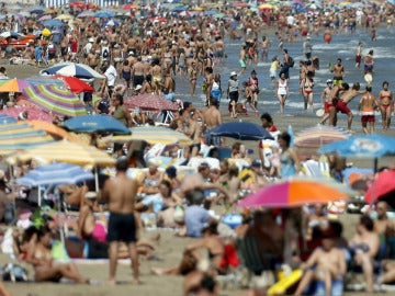 Bañistas en la playa de la Malvarrosa