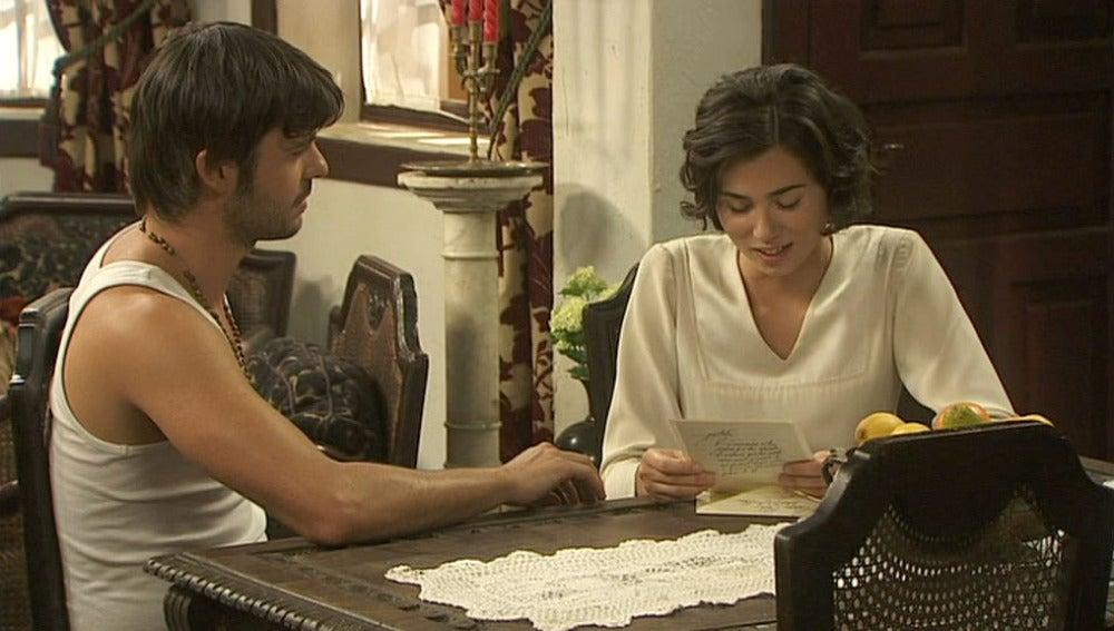 Gonzalo y María Leen la carta de Aurora