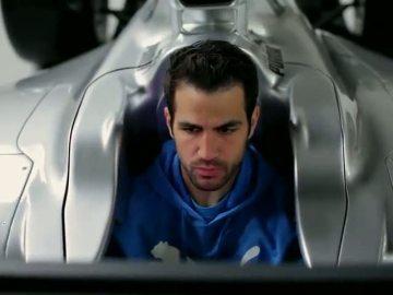 Rosberg reta a Cesc Fábregas a pilotar su Mercedes