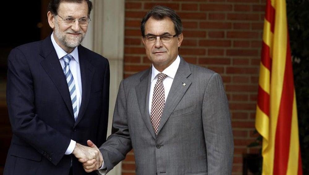 Rajoy saluda a Mas en la Moncloa