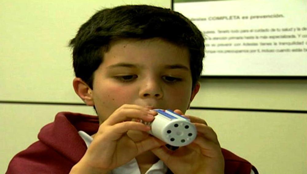 Niño pequeño con asma