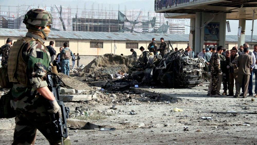 Soldados afganos resguardan el lugar de un atentado