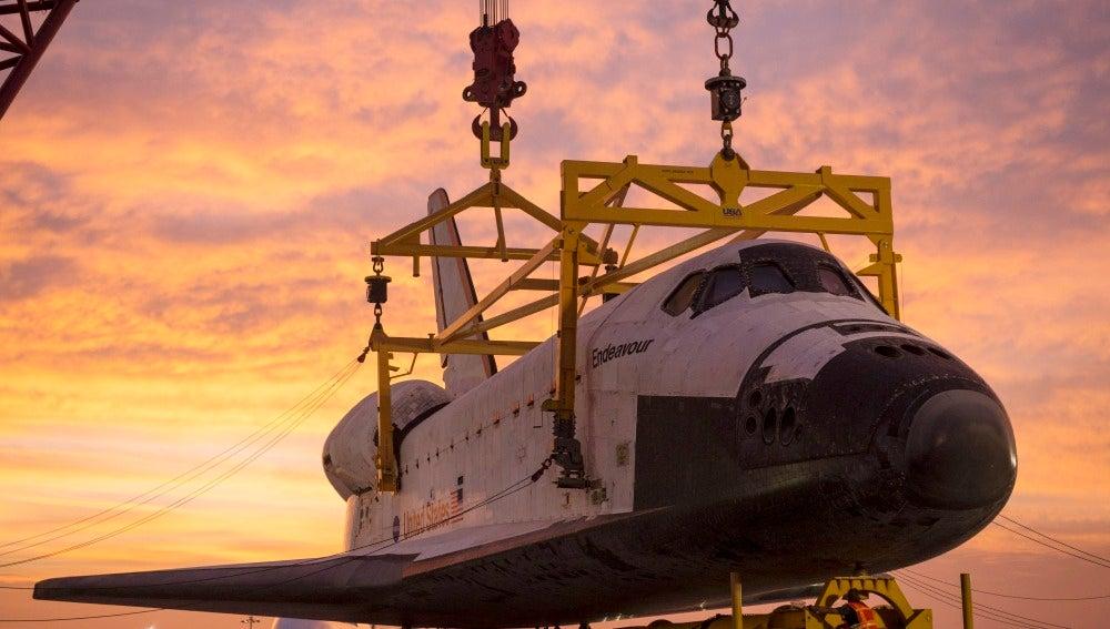 El transbordador Endeavour tras realizar su último vuelo