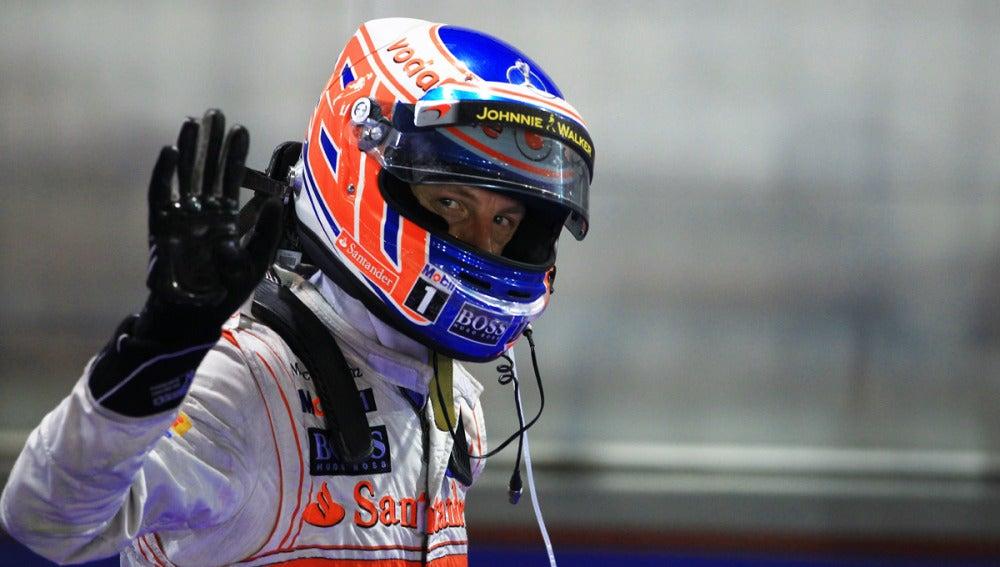 Jenson Button saluda con el casco puesto