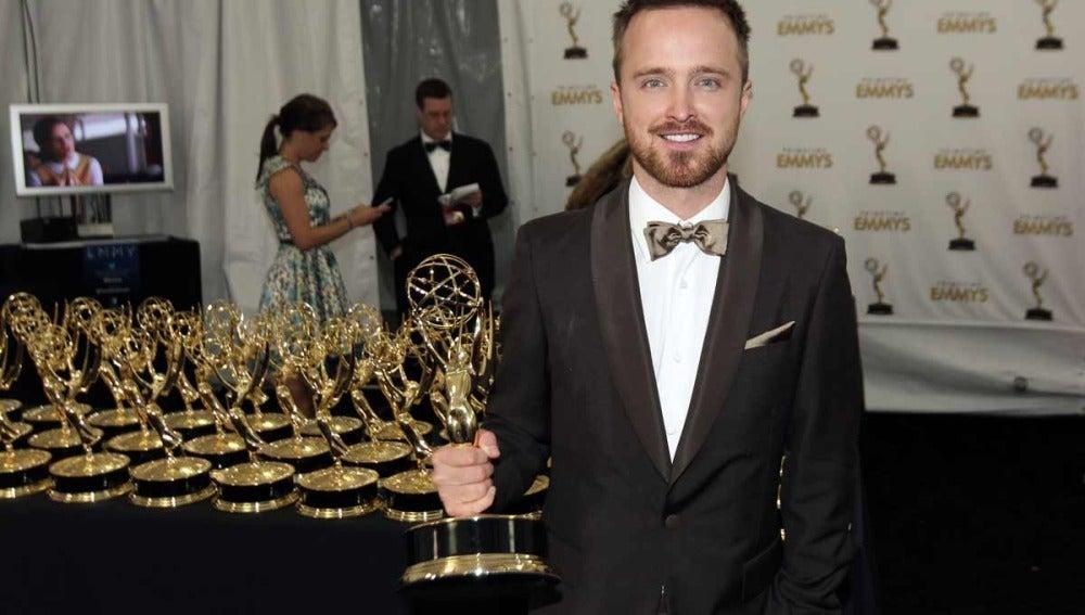 Aaron Paul (Breaking Bad) rodeado de Emmys