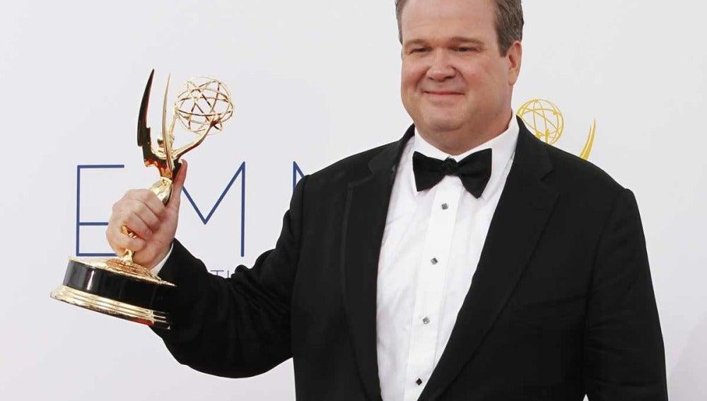 Eric Stonestreet con su Emmy a mejor actor secundario en American Horror Story