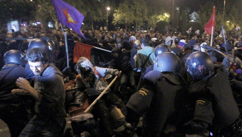 Los antidisturbios de la Policía Nacional carga contra los manifestantes