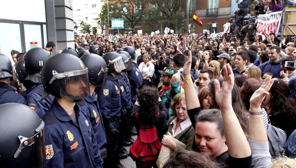 Manifestantes frente a los policías en Neptuno