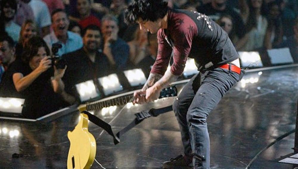 Billie Joe destrozando su guitarra en el iHeartRadio Music Festival de Las Vegas
