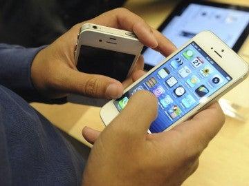 Un usuario con un iPhone 5