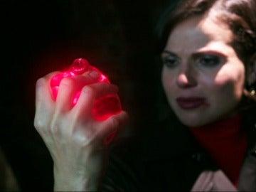Regina aplasta el corazón de Graham