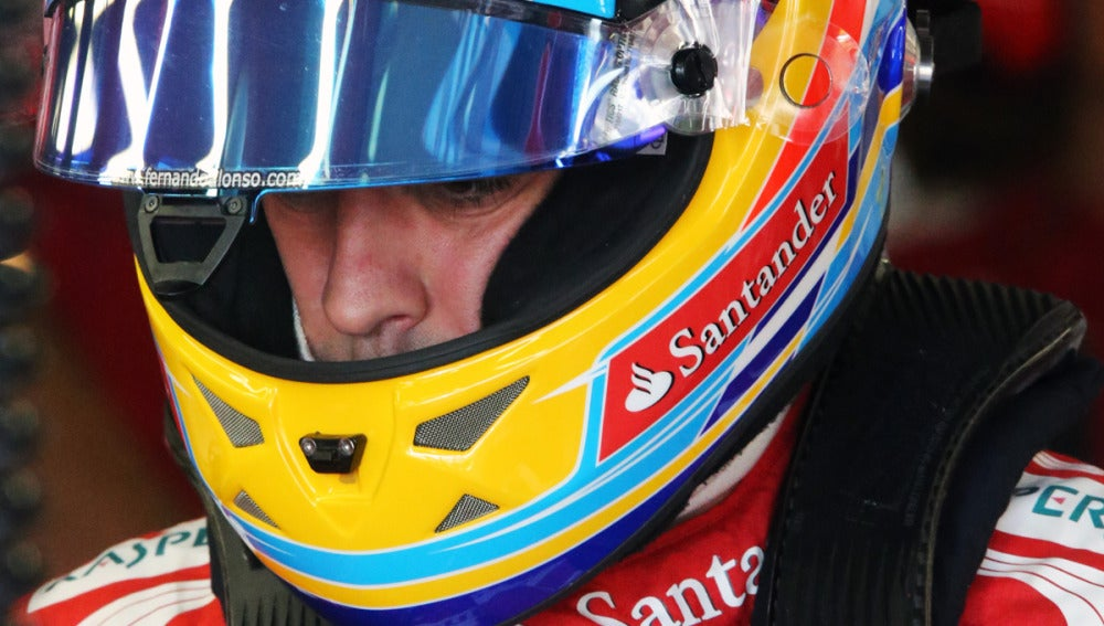 Alonso exhibe casco