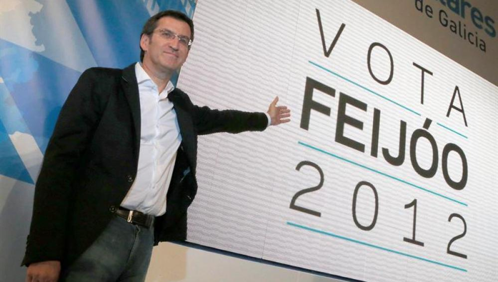 Alberto Núñez Feijóo muestra su cartel electoral