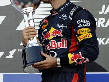 Vettel besa el trofeo de Suzuka