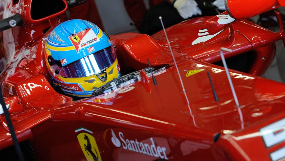 Alonso se prepara para salir a pista
