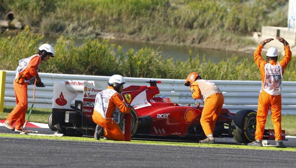 Los comisarios, junto al Ferrari de Fernando
