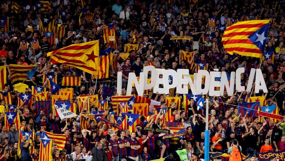 """Aficionados del Barcelona muestran banderas """"esteladas"""" durante el partido"""