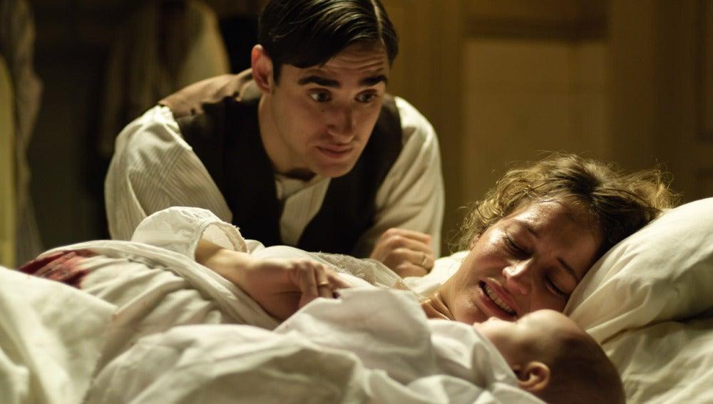 Andrés y Belén con su hijo