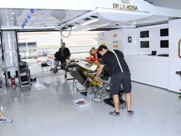 Mecánicos de HRT en el box de De la Rosa