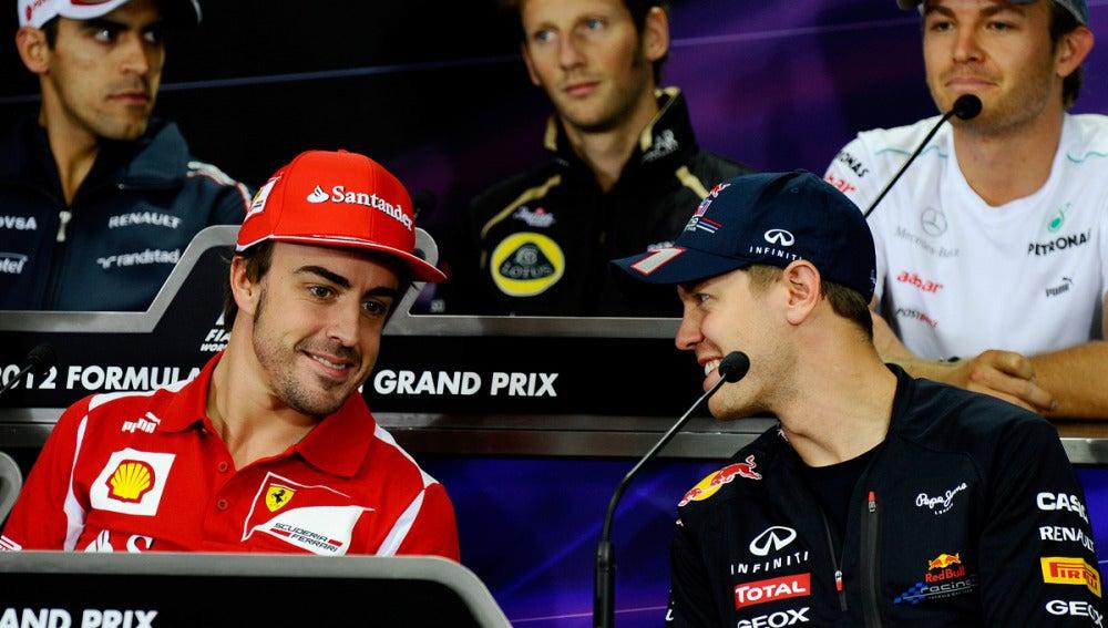 Alonso charla con Vettel