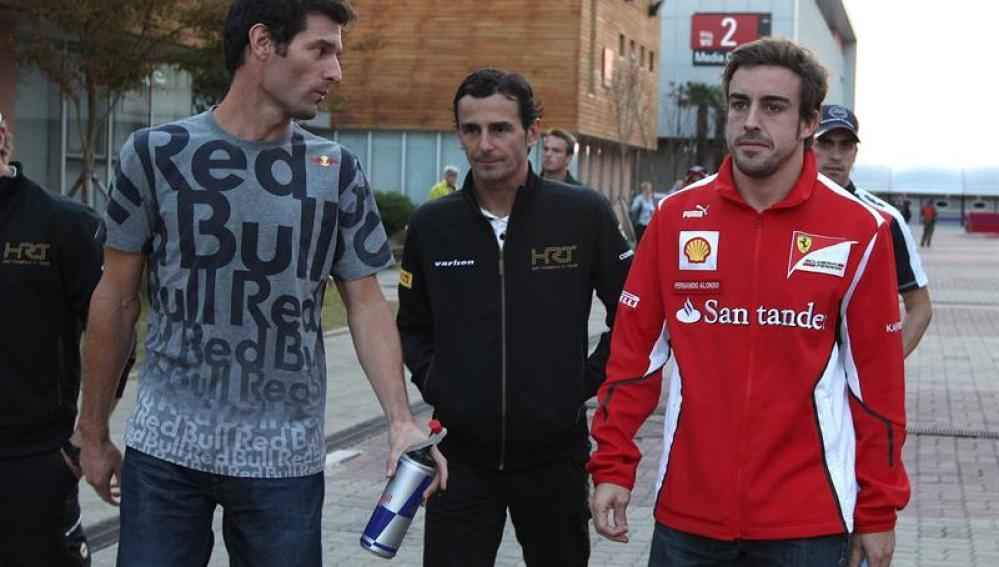 Pedro de la Rosa, flanqueado por Mark Webber y Fernando Alonso