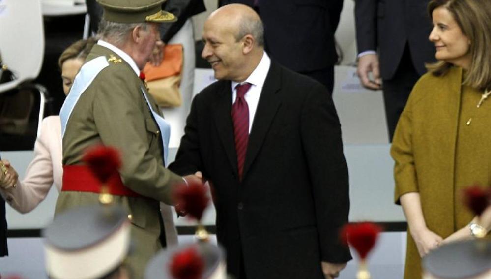 El ministro Wert saludando al Rey en el desfile de las Fuerzas Armadas