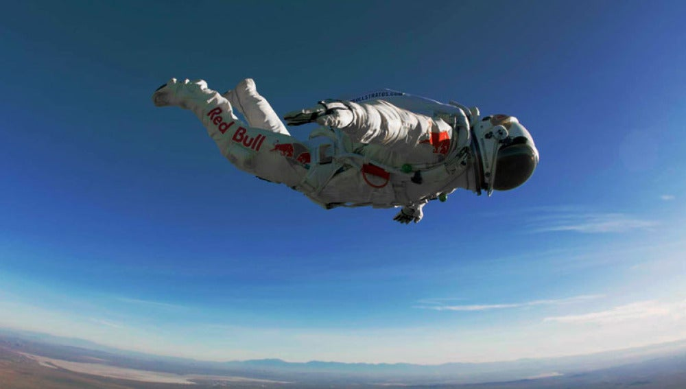Felix Baumgartner en pleno vuelo