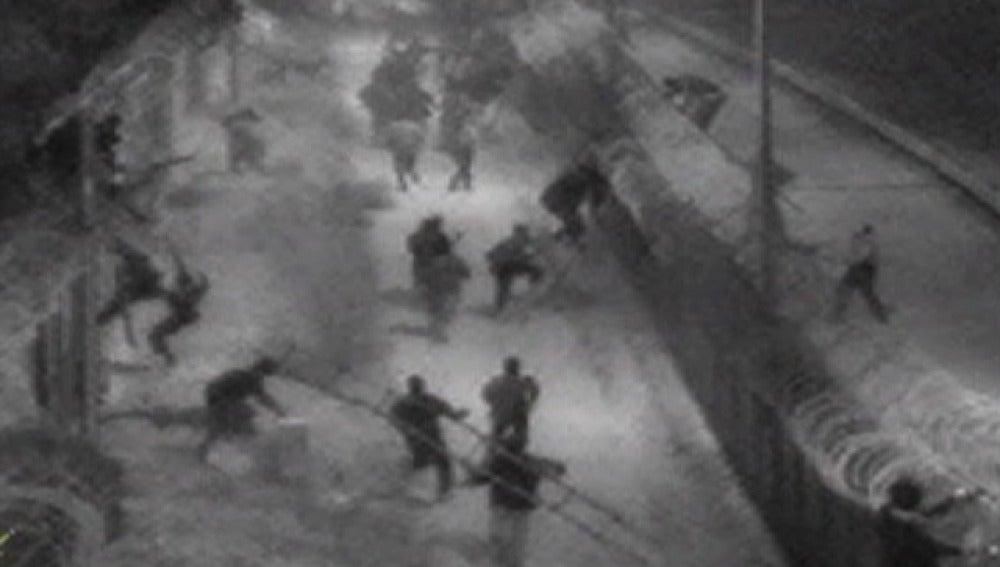 Inmigrantes asaltando la valla de Melilla