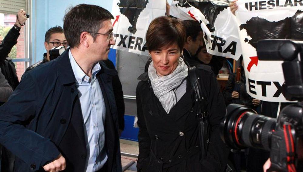 Patxi López y su esposa, Begoña Gil, en el colegio electoral
