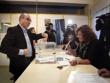 Jorquera depositando su voto en la urna