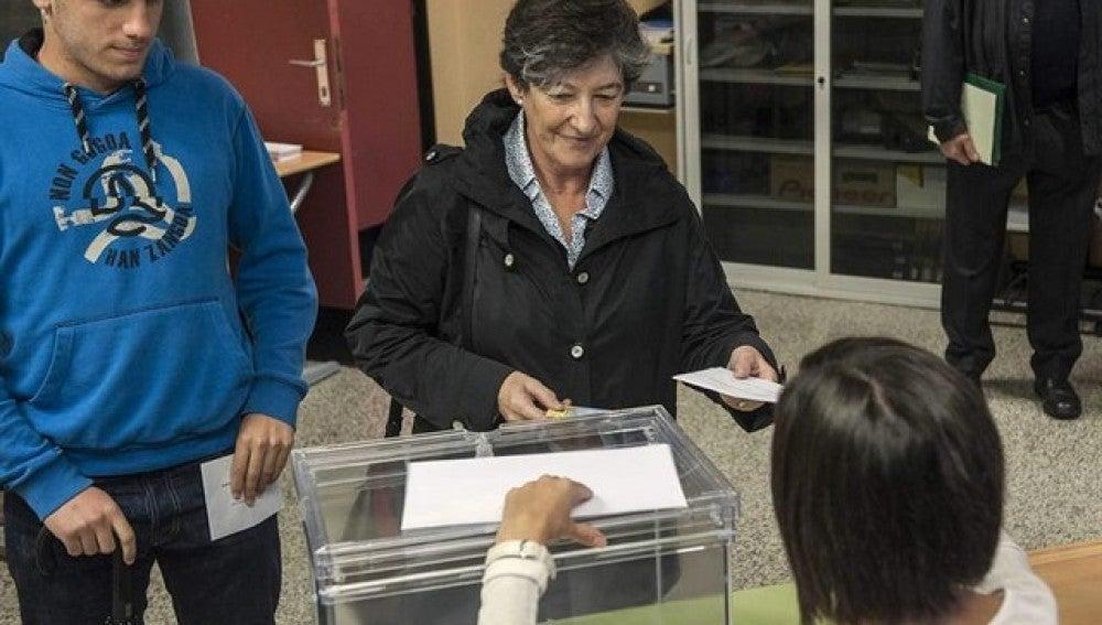 La candidata a lehendakari por EH Bildu, Laura Mintegi acudió a votar a primera hora de la mañana