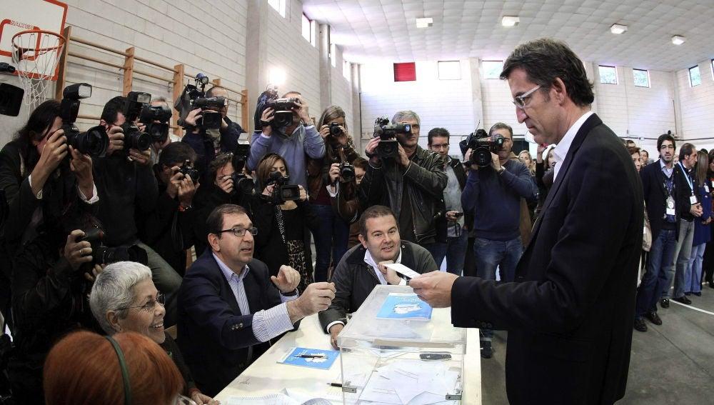 Alberto Nuñez Feijóo (PP) vota en Vigo