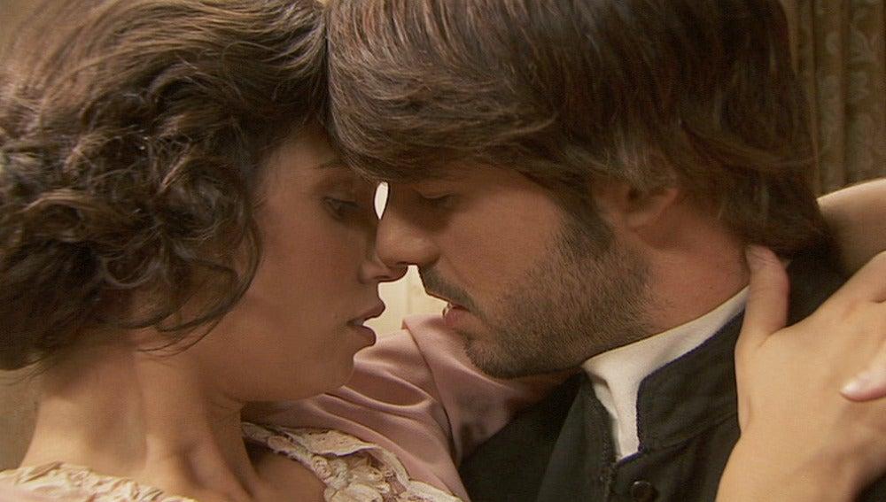 María y Gonzalo, a punto de besarse