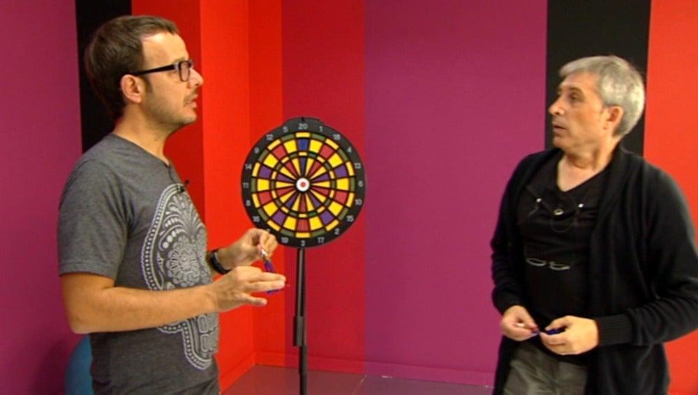 Javier Herrero lanza dardos para imitar a Pau Donés