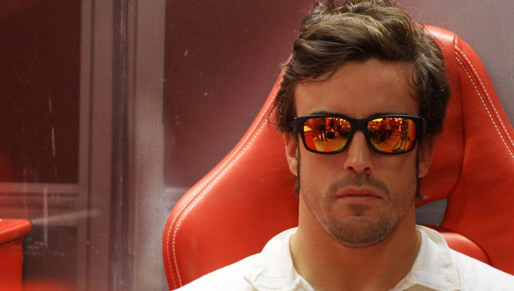 Alonso se concentra en el box de Ferrari