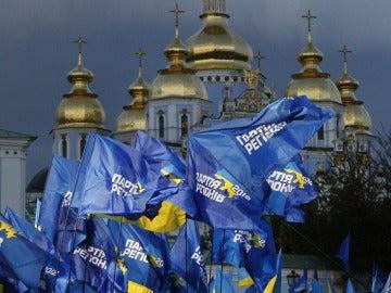 Seguidores del Partido de las Regiones asisten a un acto electoral celebrado en Kiev