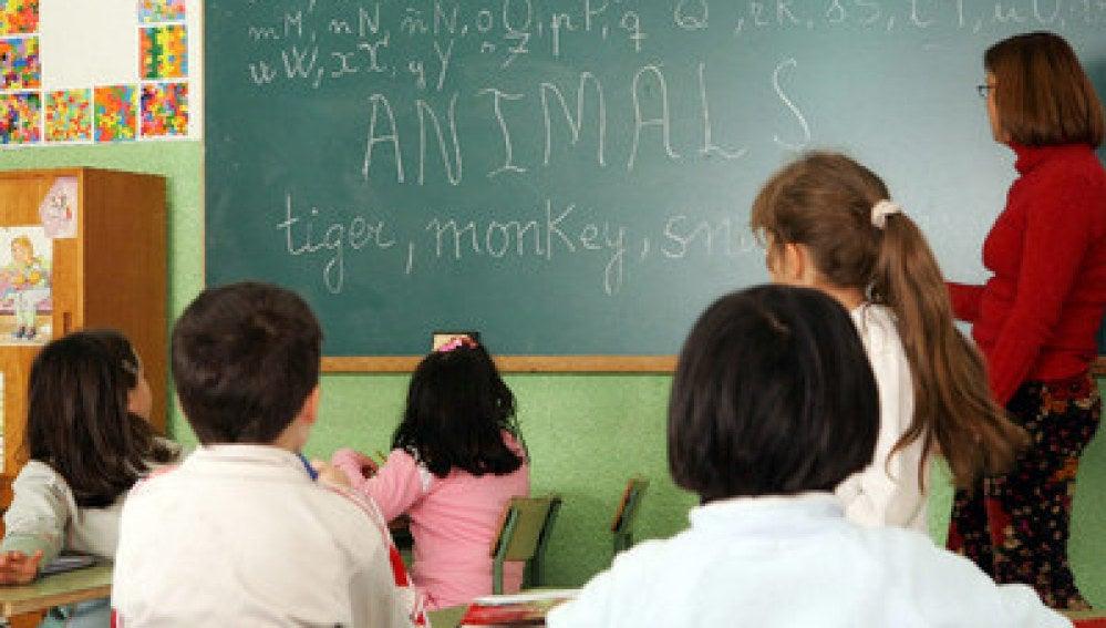 Alumnos escuchan las explicaciones durante una clase