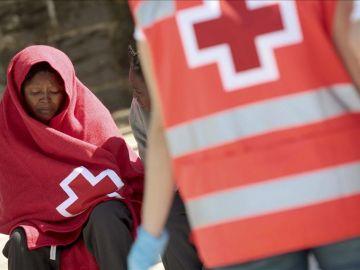 Miembros de Cruz Roja en el Estrecho