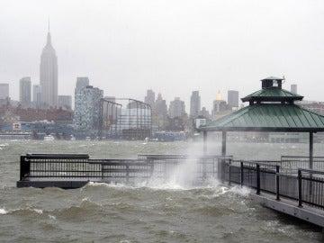 'Sandy' se aproxima al río Hudson