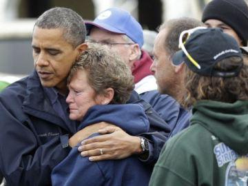 Obama abraza a una de las damnificadas
