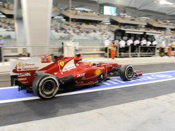 Alonso sale de su box