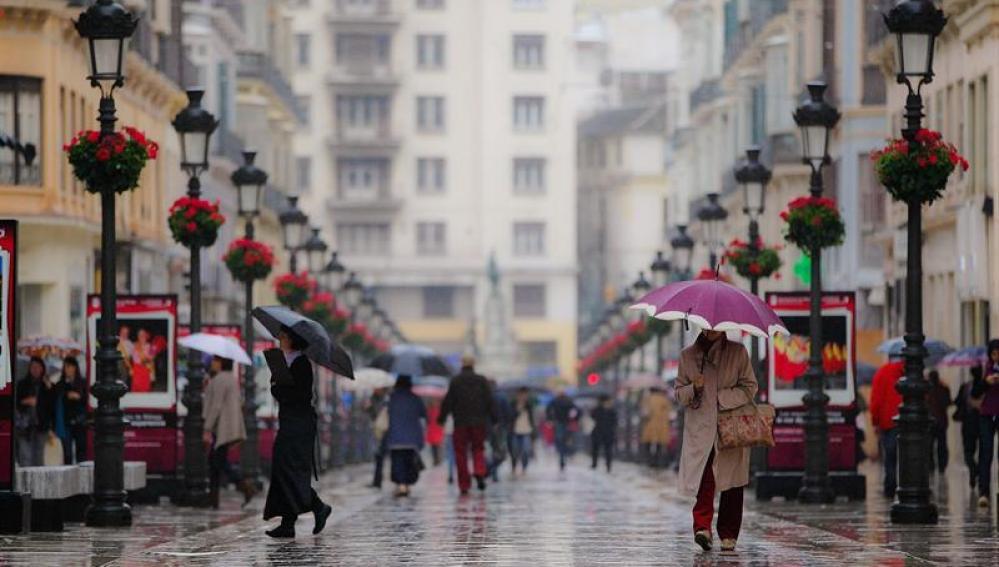 Paraguas en la malagueña calle Larios