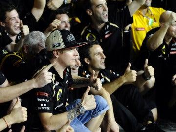 Kimi celebra la victoria con su equipo