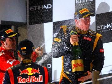 Alonso moja con champán a Raikkonen en el podio