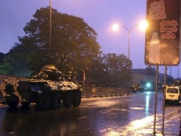 Vehiculo militar del ejército ceilanés apostado frente a la prisión de Welikada en Sri Lanka