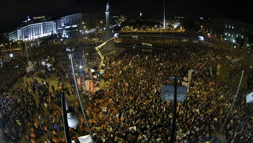 Miles de personas se concentran en la plaza de Colón,